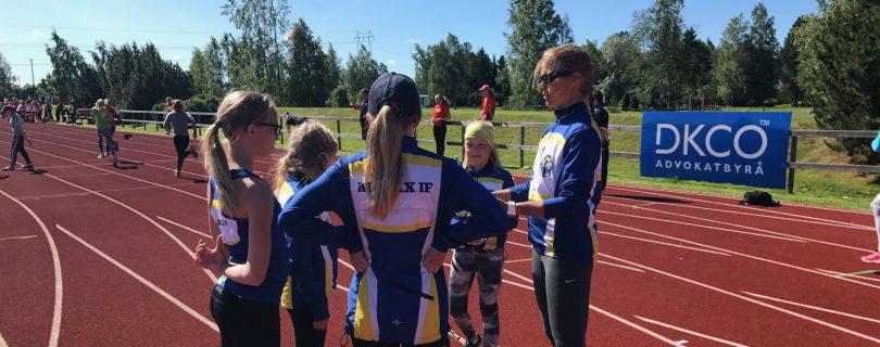 Ungdomar på löpbanor friidrottstävling